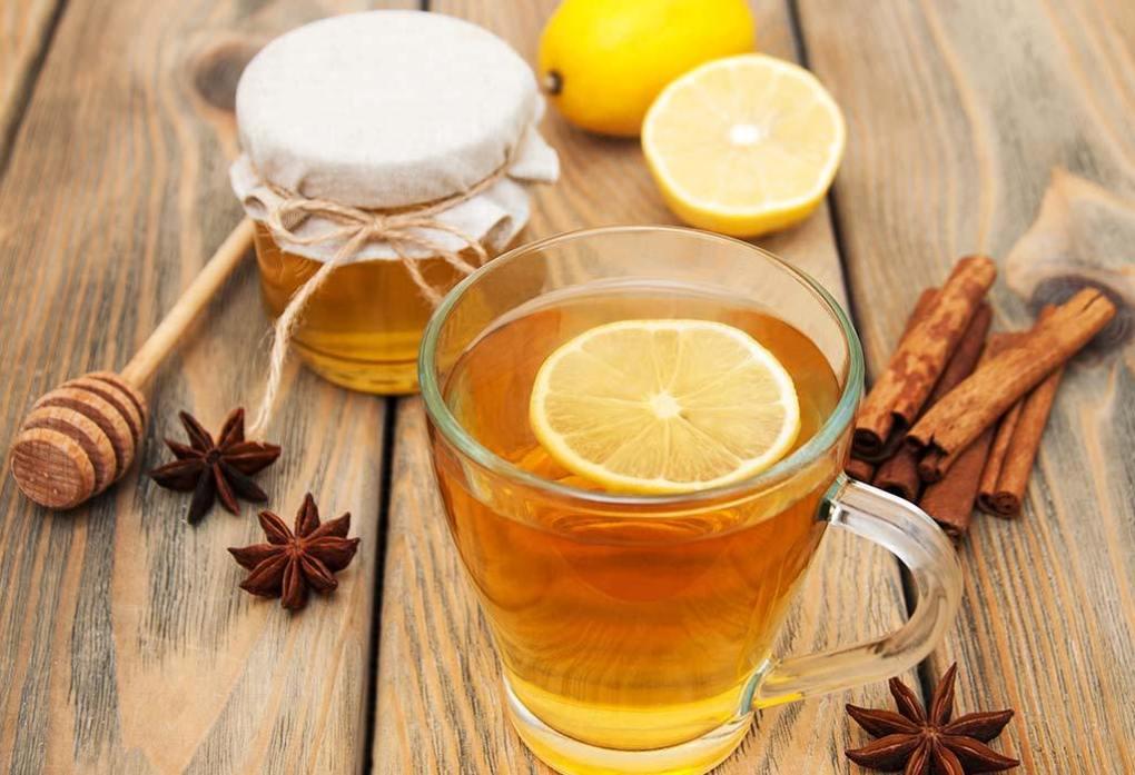 Việc uống mật ong vào buổi sáng sẽ giúp làm nhẹ các triệu chứng của viêm amidan